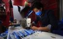 Bağdat'lı kardeşler ürettikleri tıbbi maskeleri ücretsiz dağıtıyor