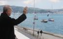 Erdoğan fetih kutlamaları dolayısıyla Boğaz'dan geçen tekneleri selamladı